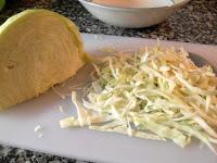 Cortando la col en juliana para ensalada