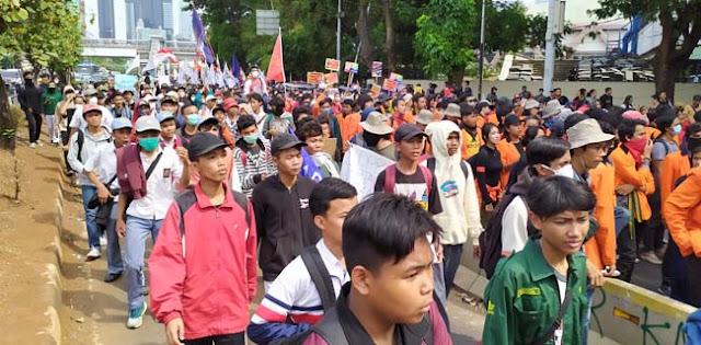 Ribuan Mahasiswa Dan Buruh Dihadang Saat Longmarch Ke DPR