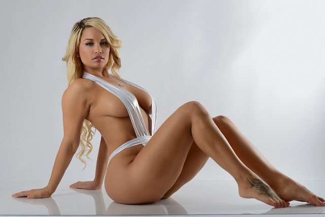hermosa rubia desnuda