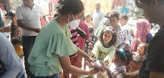 टीम लखनऊ की शान ने की स्लम बस्ती में रहने वालों की मदद