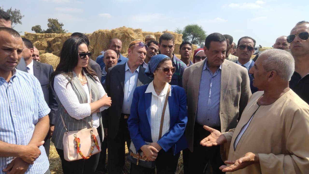 بالصور .. وزيرة البيئة  تتفقد مواقع تجميع قش الأرز بكوم حمادة