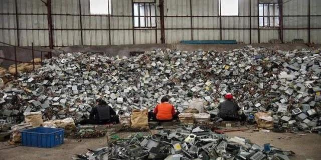 صورة النفايات الالكترونية