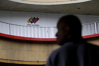 La oposición venezolana exigió hoy al Consejo Nacional Electoral (CNE) que informe a la población, a través de los medios de comunicación, las condiciones que tienen las elecciones regionales del 15 de octubre dado que no se sustituyeron las tarjetas de candidatos opositores que retiraron su candidatura.