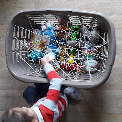 comment quelle activité facile montessori paniere linge toile araignée enfant