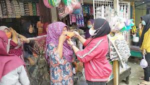 Prihatin Dengan Penyebaran Corona, Rita Devi Suhartoni Bagi Bagi Masker di Pasar