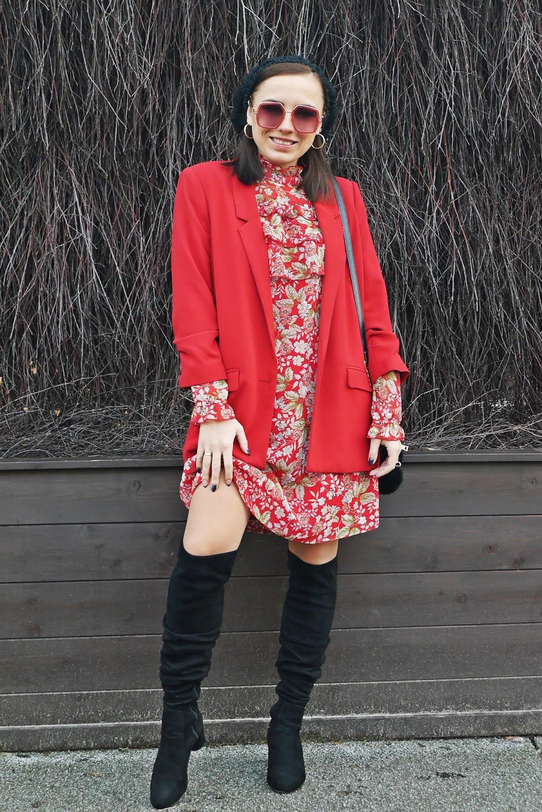 czerwona szyfonowa sukienka w kwiaty bonprix czarne kozaki za kolano marynarka czerwna mango beret renee blog modowy blogerka modowa puławy look stylizacja