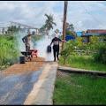 Hasbullah Jali Bersama Warga Melaksanakan Pengaspalan Jalan Desa