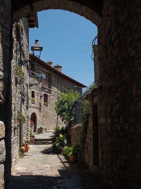 Arco de piedra en el pueblo de Sieste (Huesca) con casonas