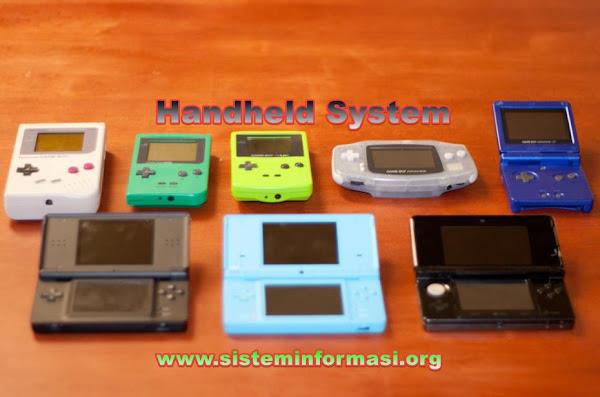 """<img src=""""https://1.bp.blogspot.com/-p08V5xhMo_s/YUnYpWiPa2I/AAAAAAAAAFc/sIXUomAaLBAkUJj25jJW0Q-89_HYHgIJwCPcBGAYYCw/s600/sistem-genggam-handheld-system.jpg"""" alt=""""Apa itu Sistem Genggam (Handheld System)""""/>"""
