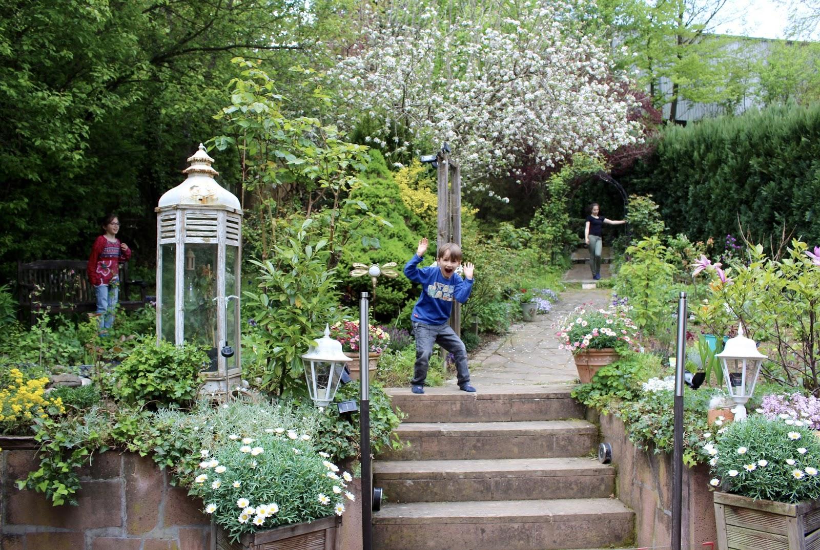 Unser Garten in Hoffenheim im Mai 2017 - Bauerngarten mit Kindern