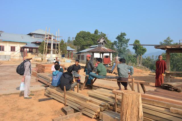 Villageois construisant un bâtiment pour le monastère dans l'état Shan