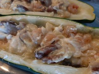 Calabacín relleno de gambas, setas y queso philadelphia
