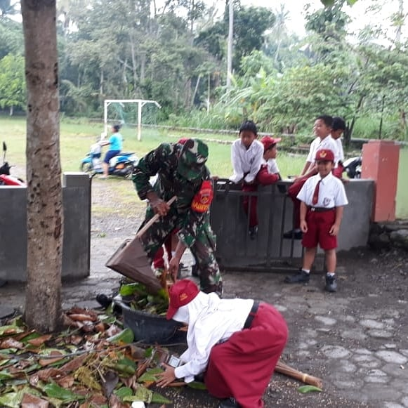 Peduli Akan Kebersihan Lingkungan Babinsa Kepurun Mengajak Siswa SD Pembersihan Lingkungan