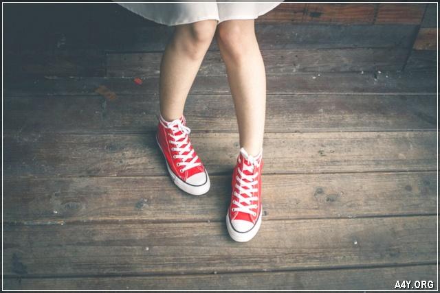 ảnh cô gái mang đôi giày đỏ