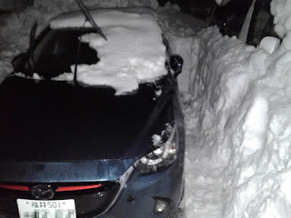 大雪の時に、福井にいる二男が自宅アパートの駐車場で埋まった車を掘り出した写真