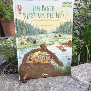 """""""Ein Biber reist um die Welt und entdeckt, wie die Tiere wohnen"""" von Magnus Weightman, erschienen als Naturkind-Buch im Loewe Verlag, ist ein 40-seitiges großformatiges Bilderbuch für Kinder ab 3 Jahren. Rezension auf Kinderbuchblog Familienbücherei"""