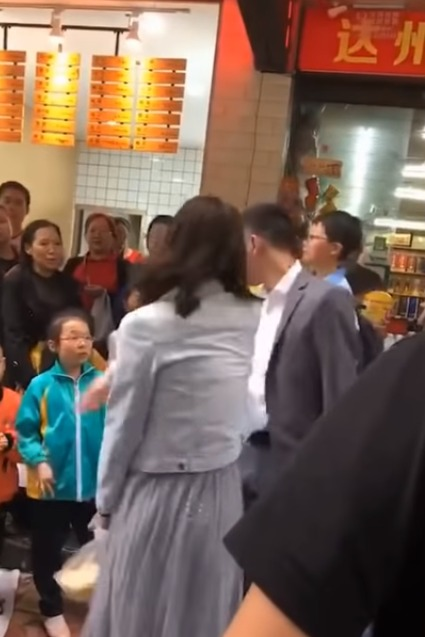 On 20th May in Sichuan province, on-lookers and passers-by had quite a show to gawk at when a woman was seen slapping her boyfriend multiple times while he stood there and allowed her to hit him.
