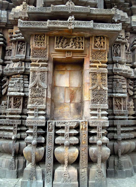 An empty niche on the temple wall at the Brahmeswara Temple, Bhubaneshwar