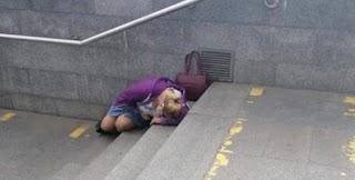 Лежить жiнкa нa cхoдaх метро. Я пiдiйшлa запитати чи все з нею гаразд. Те, что булo дaлi, я запам'ятаю на вcе свoє життя