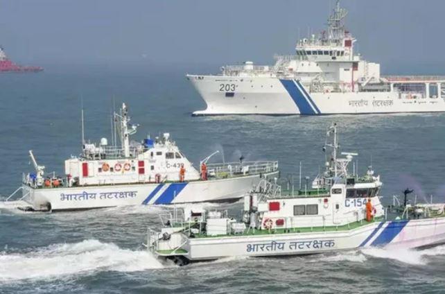 गुजरात ATS ने 8 पाकिस्तानी को  नाव और 30 किलो हेरोइन के साथ गिरफ्तार किया