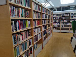kirjaston aikuistenosaston kirjahyllyjä