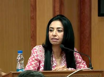 Ritu Dhawan giving speech in the stage