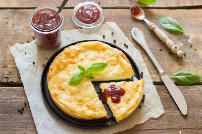 Tarte au fromage mit Tomaten-Kirschen-Chutney
