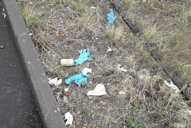 Los guantes y mascarillas pasan de salvar vidas a ser un residuo