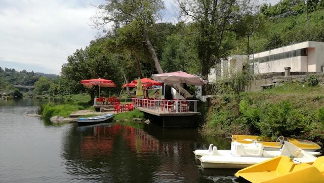 Bar dos Poços com esplanada sobre o Rio