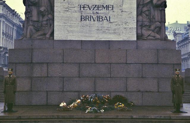Октябрь 1994 года. Рига. На посту возле памятника Свободы