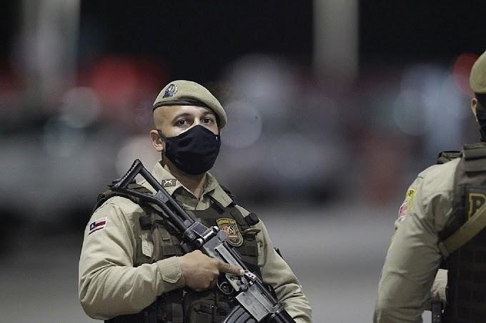 Policiais empurram e atiram para o alto para afastar jornalistas na Barra; vídeo