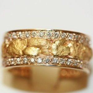 Anel com diamantes e com pepitas de ouro natural