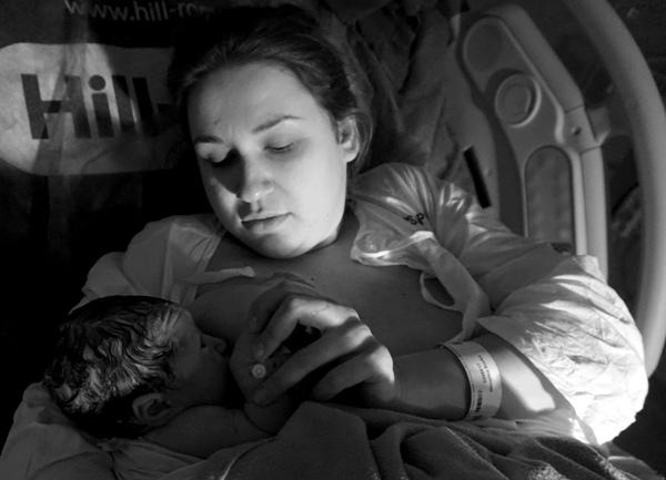 dziecko z mamą tuż po porodzie, skóra do skóry, Poznań Polna porodówka