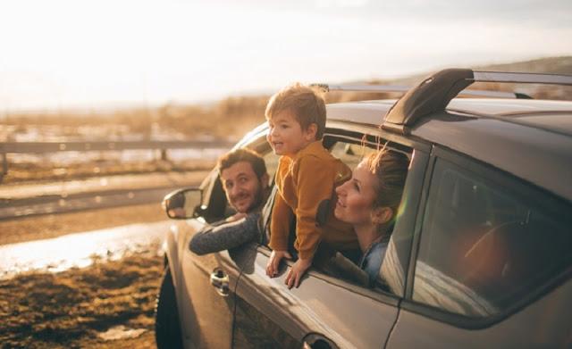 Família dentro de carro