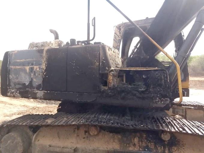 Máquina que trabalhava nas obras da Prefeitura de Cacimbas é incendiada na madrugada desta quinta (26)