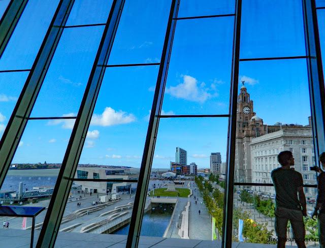 O Pier Head e o Rio Mersey vistos do Museu de Liverpool