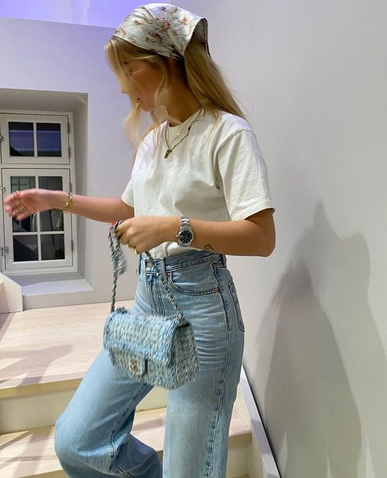 Look com calça jeans e camiseta branca