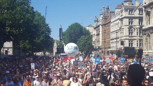 Ingleses marchan contra privatización del sistema de salud NHS