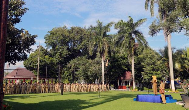 ASN melaksanakan upacara bendera di halaman Pemkab Lumajang