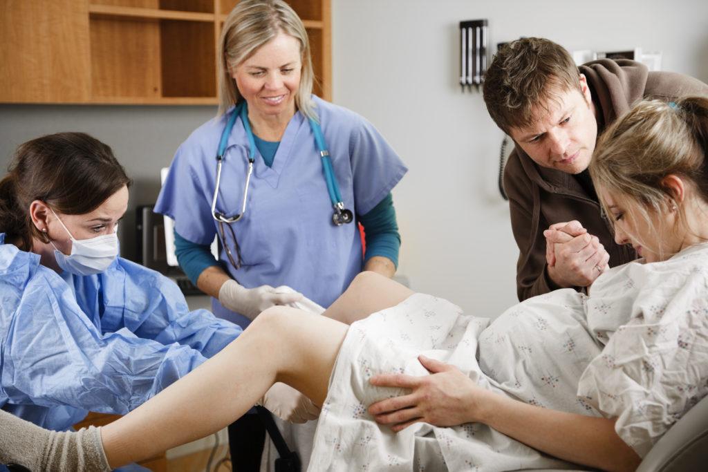 trabalho-de-parto-maternidade-parto-filhos-recem-nascido-familia-amor-nascimento-parto-normal