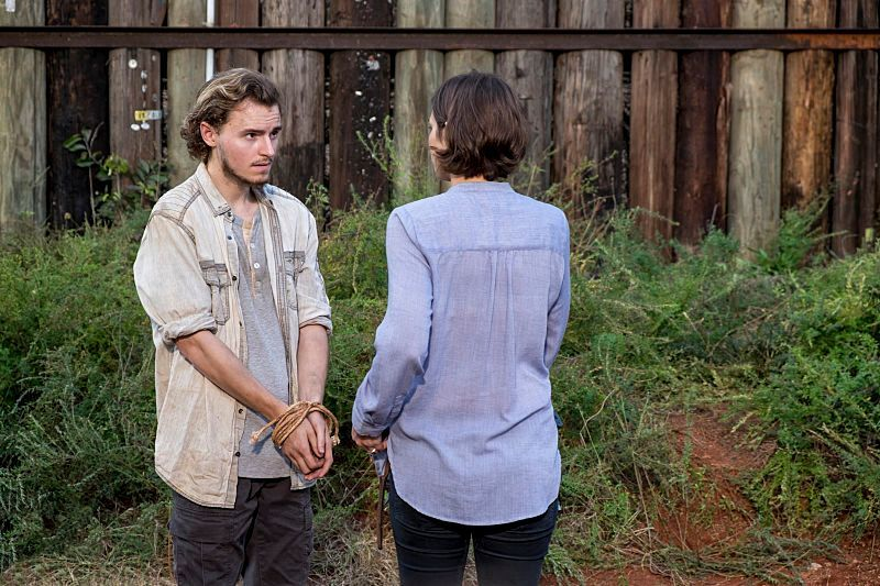 Alden y Maggie, en el episodio 8x13 Do Not Send Us Astray de The Walking Dead