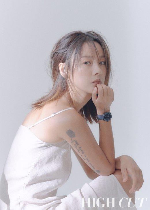 Lee Hyori 'High Cut' çekimlerinde karizmatik görünüyor