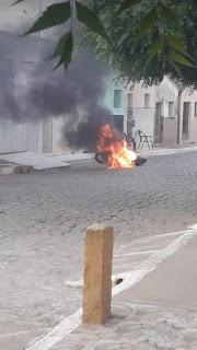 Moto pega fogo após curto circuito no centro de Nova Olinda; veja o vídeo