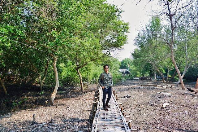 Jembatan bambu di Pantai Muara Beting