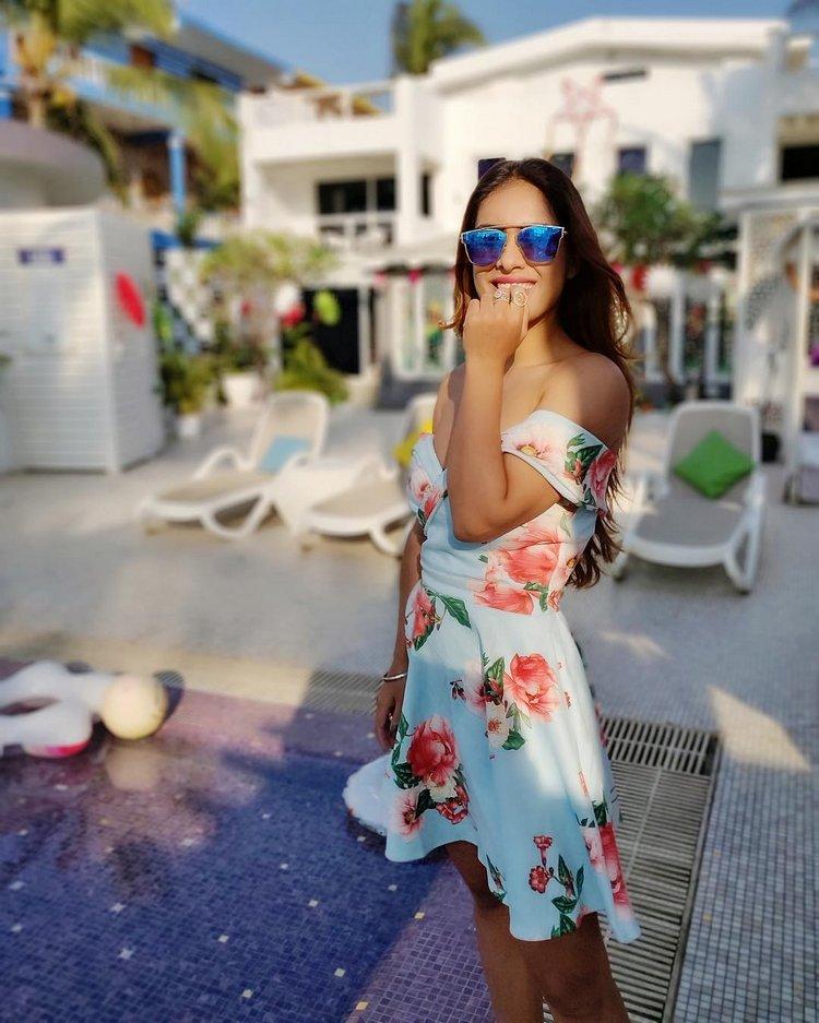 Neha-Malik-Hot-Cleavage-Pics-8