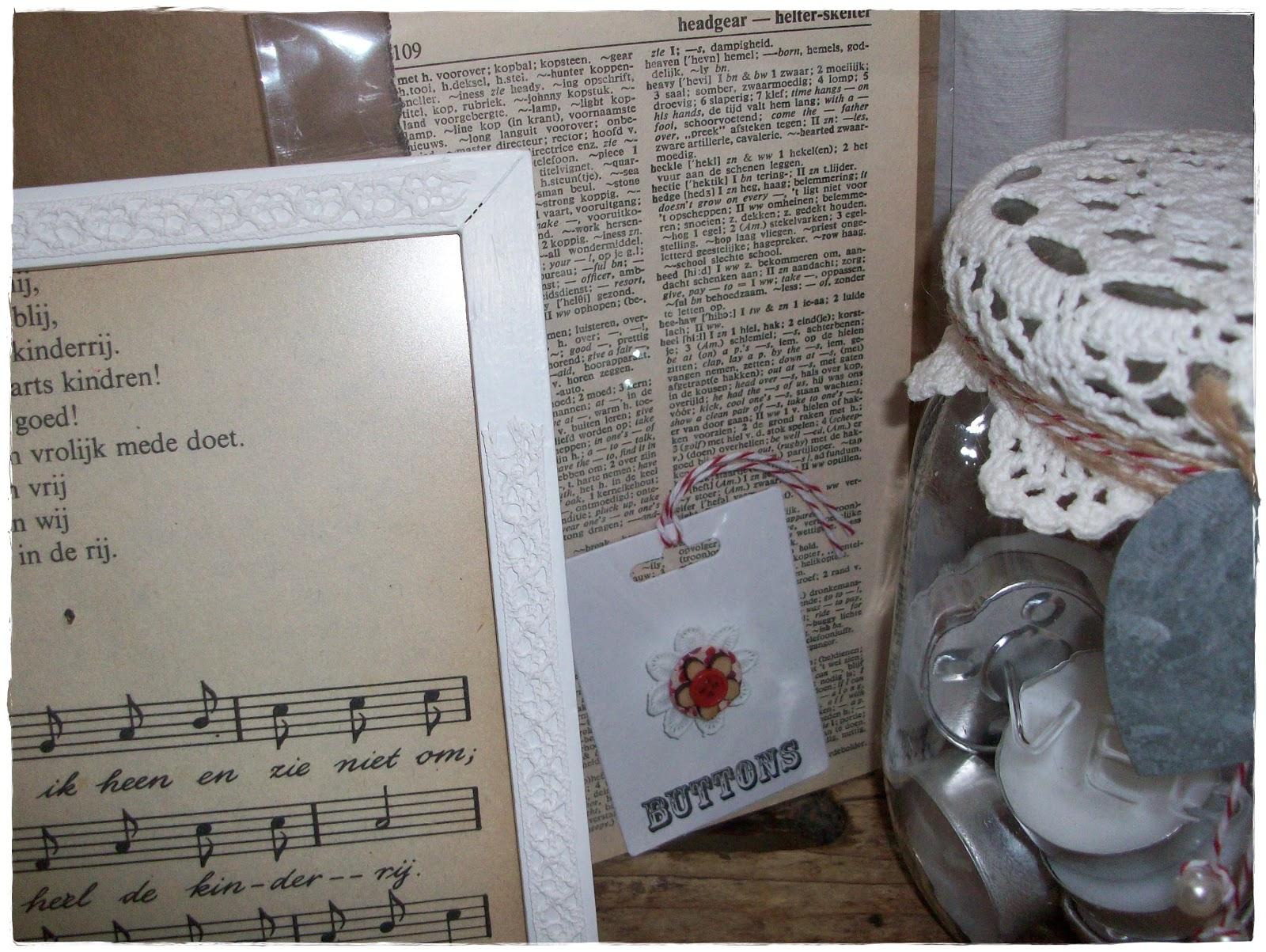 972a66aee26725 Verder een wit geverfd lijstje met een afbeelding uit een oud kinderboekje  en een weckpot versiert met een mooi zinken label. Het gehaakte kleedje vond  ik ...