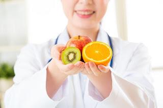 Benarkah Pengambilan Jus Buah Penyebab Diabetis Kepada Manusia | Tidak di nafikan kebanyakkan daripada kita suka minum jus buah yang mudah di dapati di mana-mana kedai makan mahupun restoran. Sedar atau tidak, diabetis boleh terjadi kepada manusia walaupun minum jus buah-buahan.  AM tertarik dengan artikel yang di kongsikan oleh Dr. Zubaidi Haji Ahmad mengenai pengambilan jus menyebabkan diabetes yang mendapat 289 shares.  Kajian terbaru yang dilakukan para saintis dari Harvard T.H Chan School of Public Health, Boston, Amerika Syarikat, mendapati bahawa pengambilan jus buah (walaupun ia buah yang segar) jika secara berlebihan boleh menyebabkan peningkatan risiko penyakit diabetes.  Sebelum ini, kita mengetahui hanya minuman yang ditambah gula seperti teh tarik atau air bergas didapati menjadi punca kepada penyakit diabetes. Namun penemuan terbaru ini sangat mengejutkan kerana jus buah-buahan dikatakan sebagai minuman yang segar dan banyak khasiat. Benarkah Pengambilan Jus Buah Penyebab Diabetis Kepada Manusia  Dalam kajian yang diterbitkan dalam journal Diabetes Care ini, menyebutkan bahawa jus buah-buahan juga boleh meningkatkan risiko penyakit diabetes.  Menurut Dr Jean Philippe Drouin-Chartier, ketua bagi saintis yang terlibat dalam kajian ini memberitahu bahawa minuman manis, termasuk jus buah segar boleh menyebabkan penyakit diabetes. Sebaiknya kita menggantinya dengan minuman yang lebih sihat seperti air putih, dan teh atau dan kopi tanpa gula.  Beberapa fakta yang perlu ketahui untuk kita selamat mengambil jus buah-buahan ini.  1. Pengambilan jus buah-buahan boleh diambil dengan syarat serat buah-buahan ini tidak dipisahkan bersama dengan jusnya. Perbuatan mengasingkan serat dari jusnya akan meningkatkan kadar penyerapan gula ke dalam darah. Benarkah Pengambilan Jus Buah Penyebab Diabetis Kepada Manusia