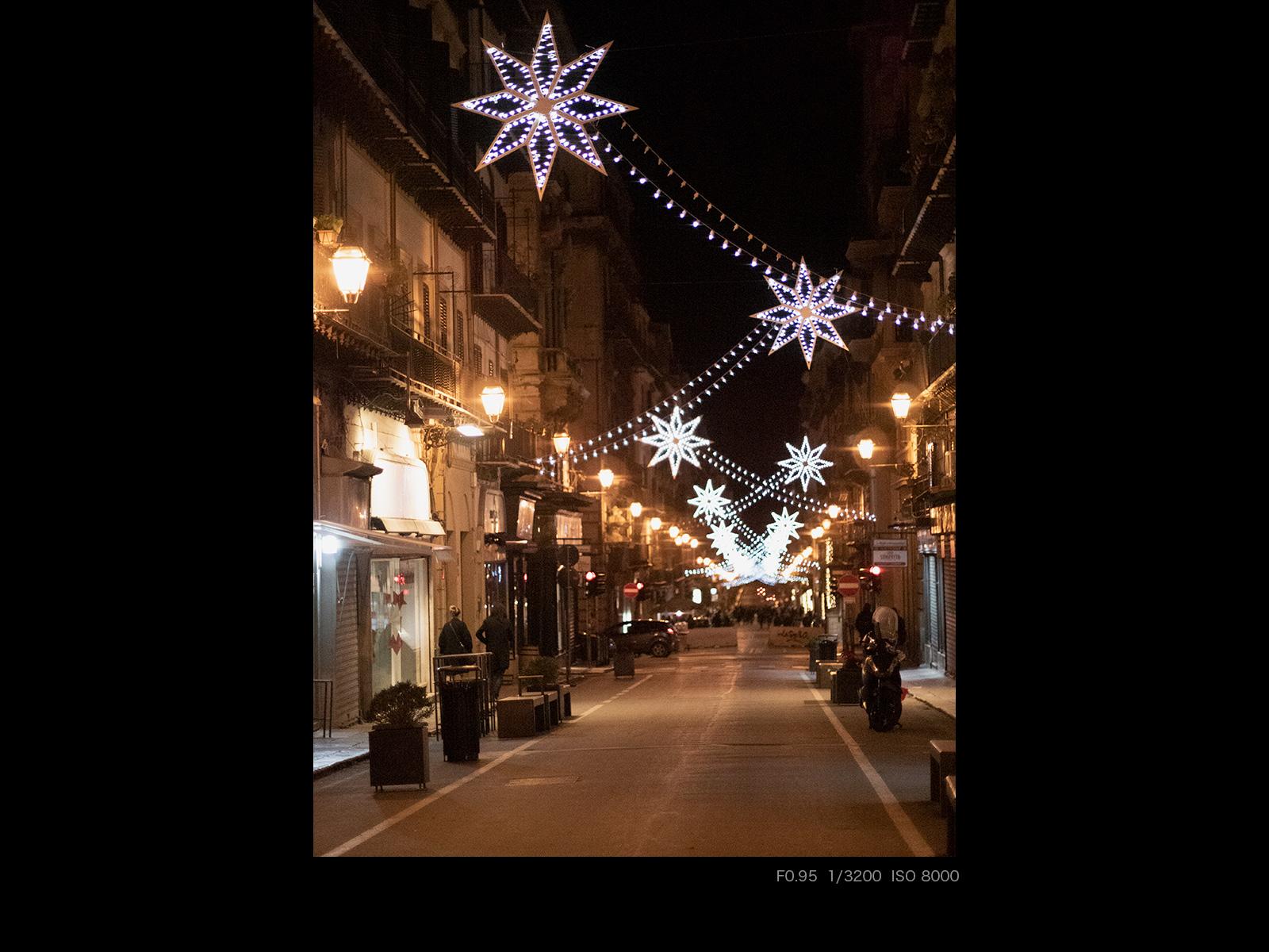 Светящиеся украшения на ночной улице