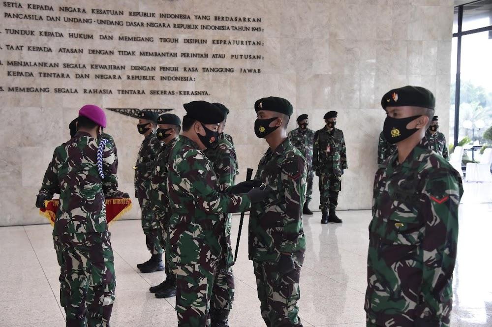 Satgas Yonif Raider 300/Bjw Terima Penghargaan Satya Lencana Wira Darma Dari Panglima TNI