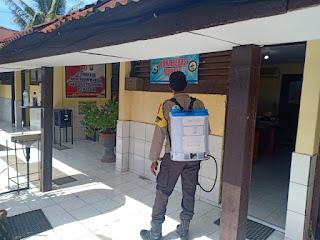 Sterilisasi Mako, Personel Polsek Ujung Tanah Semprotkan Cairan Disinfektan